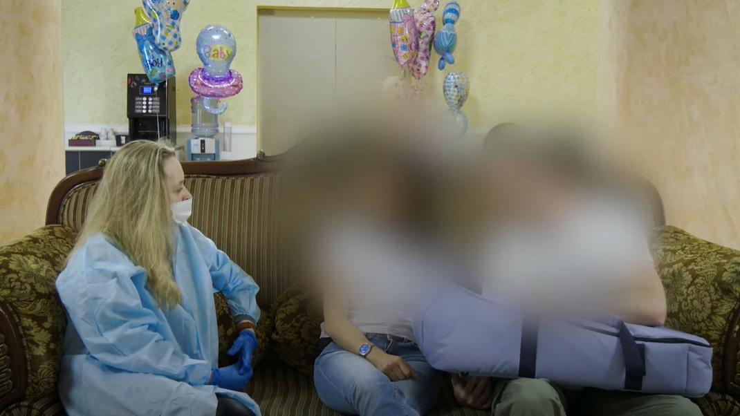 Uma bebê das crianças nascidas das barrigas de aluguel na Ucrânia encontrou os seus pais da Âustria